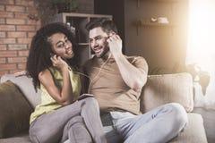 L'épouse et le mari positifs apprécient la mélodie préférée image libre de droits