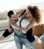 L'épouse et le mari sont heureux de se déplacer à un nouvel appartement Images libres de droits