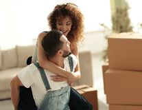 L'épouse et le mari sont heureux de se déplacer à un nouvel appartement Photo libre de droits