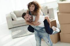 L'épouse et le mari sont heureux de se déplacer à un nouvel appartement Image libre de droits