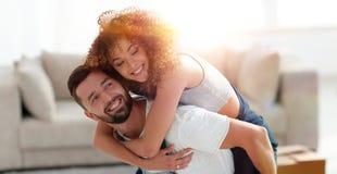 L'épouse et le mari sont heureux de se déplacer à un nouvel appartement Photo stock