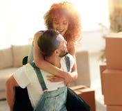 L'épouse et le mari sont heureux de se déplacer à un nouvel appartement Photographie stock libre de droits