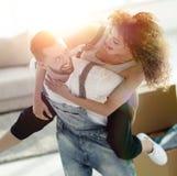 L'épouse et le mari sont heureux de se déplacer à un nouvel appartement Photos stock