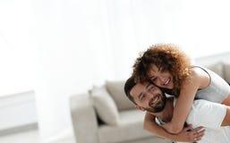 L'épouse et le mari sont heureux de se déplacer à un nouvel appartement Images stock