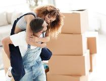 L'épouse et le mari sont heureux de se déplacer à un nouvel appartement Photographie stock