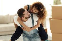 L'épouse et le mari sont heureux de se déplacer à une nouvelle maison Photos stock