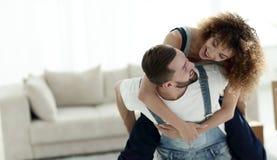 L'épouse et le mari sont heureux de se déplacer à une nouvelle maison Image libre de droits
