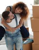 L'épouse et le mari sont heureux de se déplacer à une nouvelle maison Photographie stock