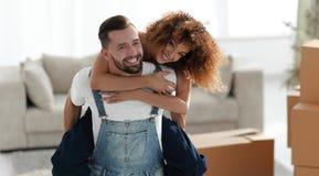 L'épouse et le mari sont heureux de se déplacer à une nouvelle maison Images stock