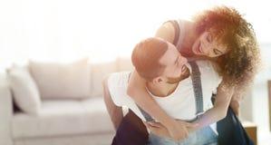 L'épouse et le mari sont heureux de se déplacer à une nouvelle maison Image stock