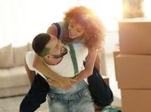 L'épouse et le mari sont heureux de se déplacer à une nouvelle maison Photo libre de droits