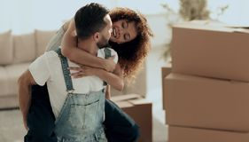 L'épouse et le mari sont heureux de se déplacer à une nouvelle maison Photographie stock libre de droits