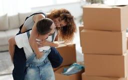 L'épouse et le mari sont heureux de se déplacer à une nouvelle maison Images libres de droits