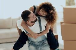 L'épouse et le mari sont heureux de se déplacer à une nouvelle maison Photos libres de droits