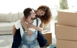 L'épouse et le mari sont heureux de se déplacer à une nouvelle maison Photo stock