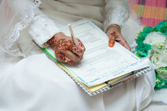 L'épouse a signé les papiers du mariage pour le but officiel de documentation Images stock