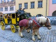 L'équipage costumé de courrier sur la rue de Nuremberg de Noël photographie stock libre de droits