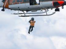 L'équipage d'hélicoptère fait une mission de sauvetage images stock
