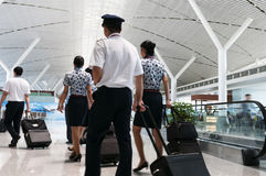 L'équipage dans le salon d'aéroport de Changhaï Pudong à l'aéroport Photographie stock libre de droits