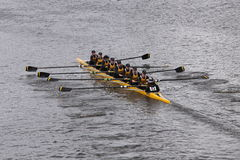 L'équipage de Souhegan emballe dans la tête de la jeunesse Eights de Charles Regatta Women Photos stock