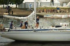 L'équipage du bateau pendant les bateaux grands emballe Photo libre de droits