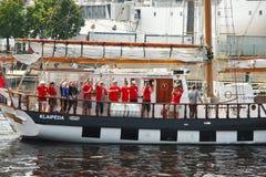 L'équipage du bateau pendant les bateaux grands emballe Images stock