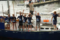 L'équipage du bateau pendant les bateaux grands emballe Image stock
