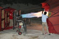 L'équipage gonflant le ballon à air chaud avant le lancement images libres de droits