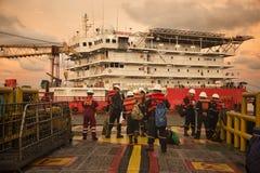 L'équipage marin se tiennent prêt pour l'opération de transfert d'équipage image libre de droits
