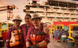 L'équipage marin sont prêt pendant l'arrivée à la péniche de travail de logement photographie stock libre de droits