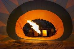L'équipage prépare le ballon à air chaud dans Cappadocia, Turquie photo stock