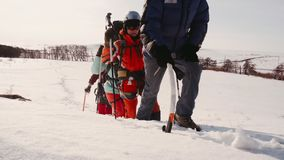 L'équipe amicale de voyage a battu une route par la neige et avance en dépit du temps froid banque de vidéos