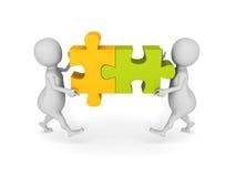 L'équipe blanche des personnes 3d assemblent en deux pièces d'un puzzle Photos stock