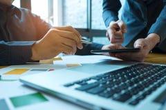 L'équipe d'affaires analysent des données de graphiques avec des ordinateurs portables et le CALC Images stock
