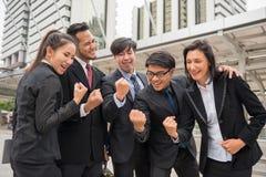 L'équipe d'affaires célèbrent le succès avec des bras augmentés Photo stock