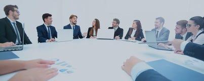 L'équipe d'affaires conduit la discussion sur un nouveau projet financier de Images stock