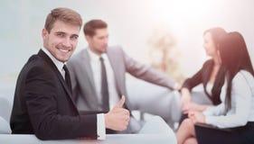 L'équipe d'affaires discutant ensemble prévoit Images stock