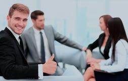 L'équipe d'affaires discutant ensemble prévoit Images libres de droits