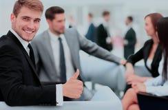 L'équipe d'affaires discutant ensemble prévoit Photo stock