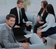 L'équipe d'affaires discutant ensemble prévoit Photos libres de droits