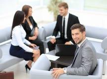 L'équipe d'affaires discutant ensemble prévoit Image libre de droits