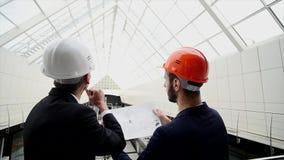 L'équipe d'affaires discutent une conception architecturale image libre de droits