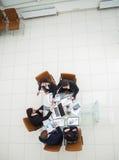 L'équipe d'affaires et les associés dignes de confiance étirent les mains avant entre eux pour une poignée de main après la discu Image stock