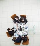 L'équipe d'affaires et les associés dignes de confiance étirent les mains avant entre eux pour une poignée de main après la discu Photos stock