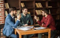 L'équipe d'affaires fait l'analyse des rapports de vente au wor Images libres de droits