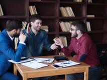 L'équipe d'affaires fait l'analyse des rapports de vente au wor Images stock