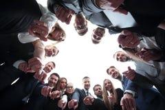 L'équipe d'affaires forme un cercle et se dirige à l'appareil-photo Photo libre de droits
