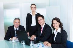 L'équipe d'affaires ont une réunion photos stock
