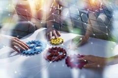 L'équipe d'affaires relient des morceaux de vitesses Travail d'équipe, association et concept d'intégration Double exposition photos stock