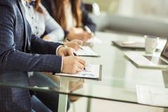 L'équipe d'affaires travaille avec les documents financiers sur le lieu de travail dans le bureau Image libre de droits